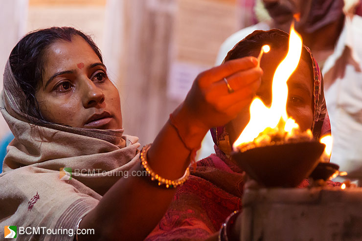 hindu-pilgrim-praying-in-pushkar