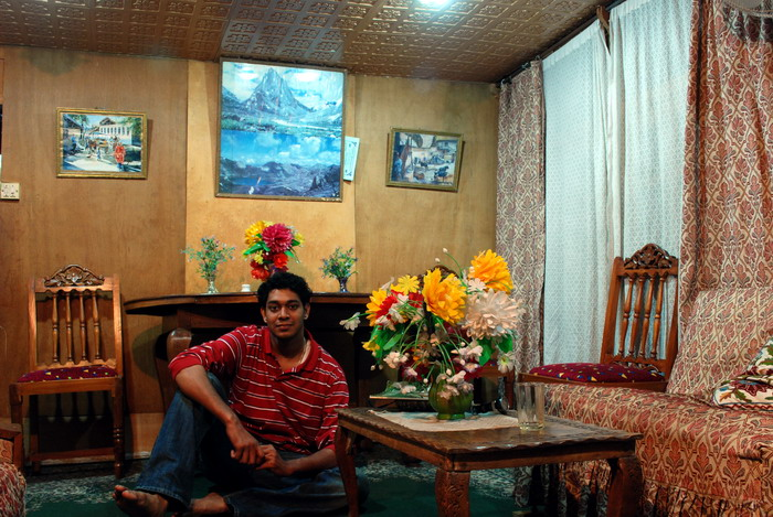 10 Inside the houseboat.JPG