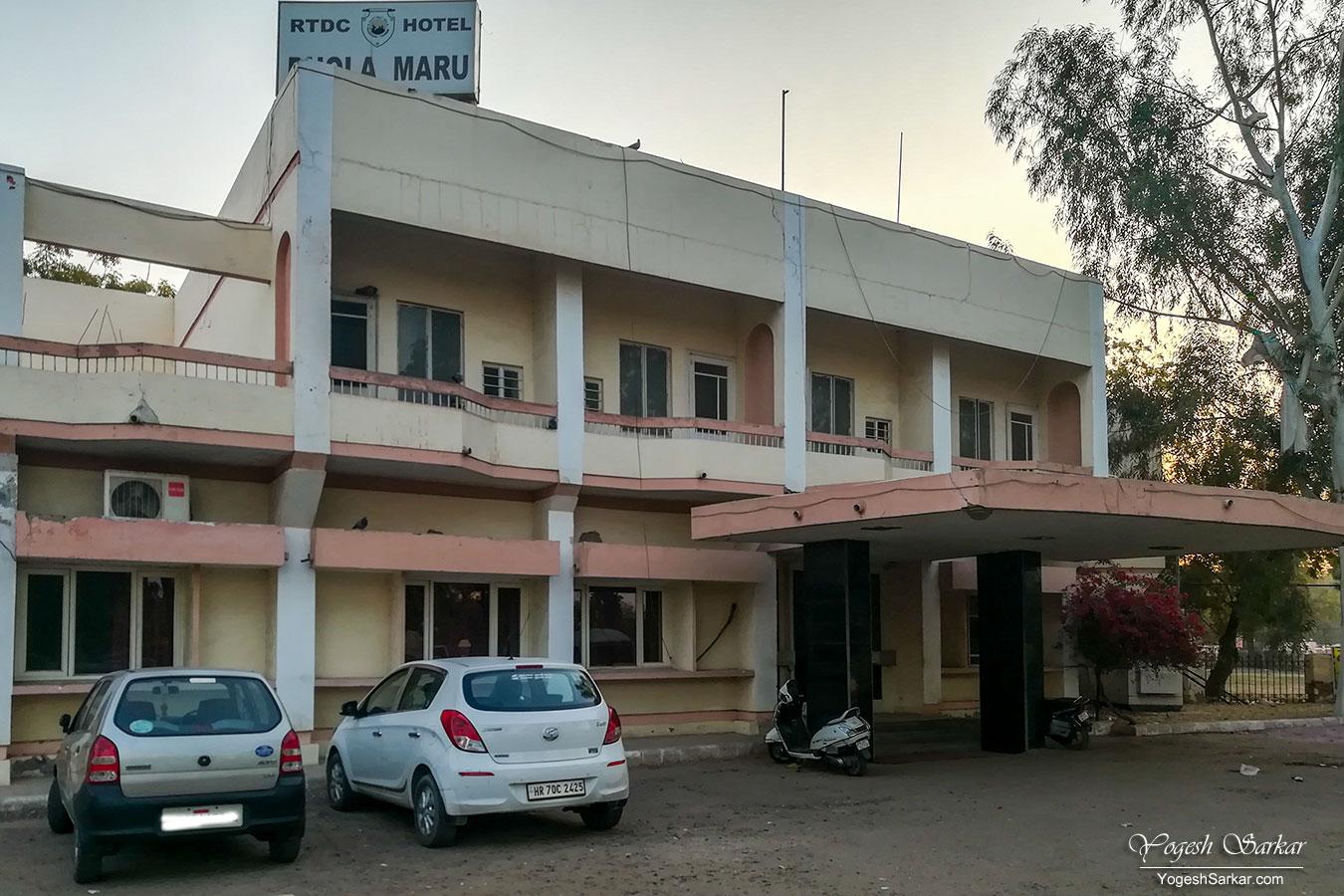19-car-at-dhola-maru-hotel.jpg