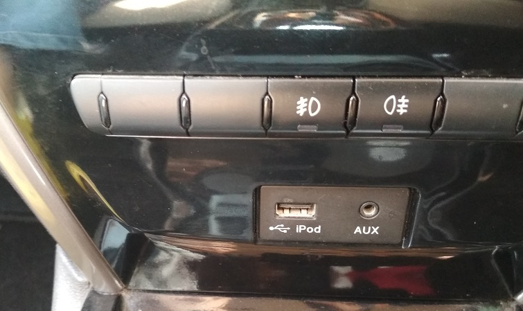 Interior Ipod and Aux.jpg