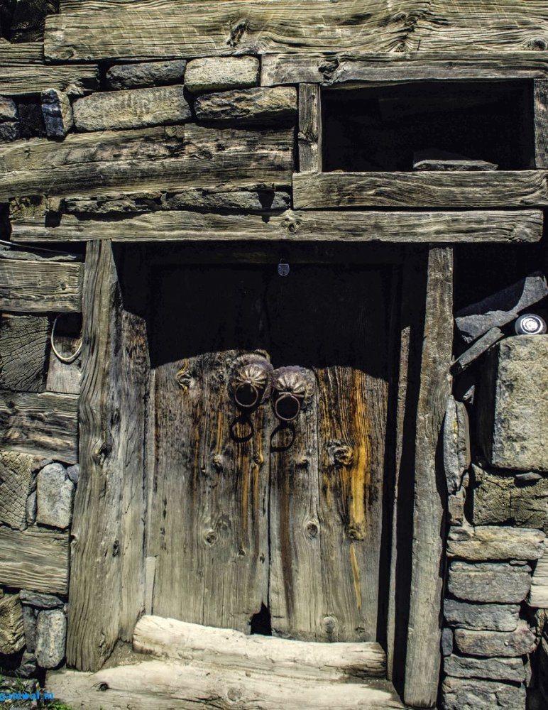 Old-stone-and-wood-building-in-Kalpa[1].jpg