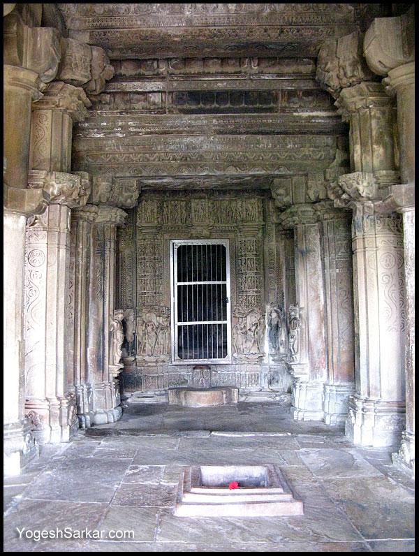 Khajuraho, travel to the heart of India!   Page 9   India ... Kandariya Mahadeva Temple Inside